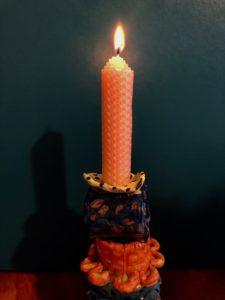 ミツロウキャンドルに火を灯す