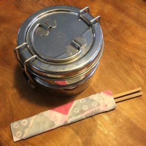 ミツロウラップで箸を包む