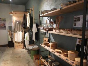 ここのき店内木の器と洋服
